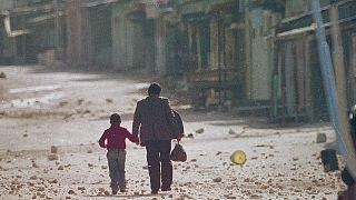 اب بسير مع ابنه في مخيم في الضفة الغربية المحتلة - 1987/12/11