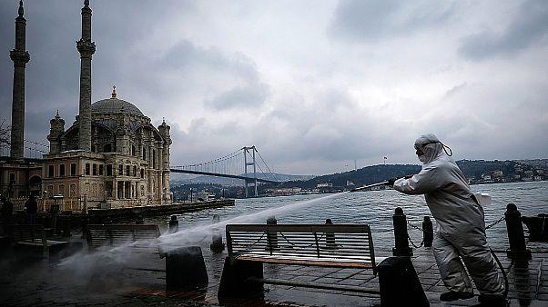Τουρκία - COVID-19: Περιοριστικά μέτρα και πογκρόμ για «προκλητικές αναρτήσεις»