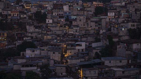 """""""المنزل ليس آمناً"""": مخاوف من ارتفاع حالات العنف الأسري وسط عزل كورونا"""