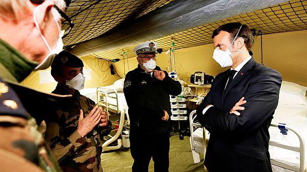Emmanuel Macron visitant l'hôpital de campagne déployé par l'armée française à Mulhouse, le 25 mars 2020.