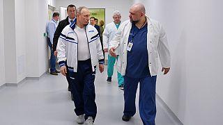 Wladimir Putin mit dem Klinikleiter
