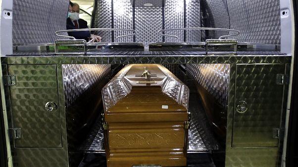 نقل جثمان امراة توفيت دراء الإصابة بفيروس كوفيد-19 - ميلان/إيطاليا - 2020/03/21