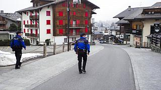Schweizer Polizeiwagen patrouilliert in einer leeren Straße von Verbier, Schweiz während der Coronavirus-Pandemie, 24.03.2020