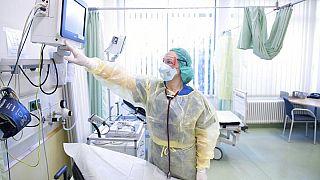 ممرضة تقوم بتحضير سرير بمركز العناية المركزة في درسدن