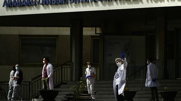 أعضاء فريق طبي يحتجون امام مستشفى شمال إسبانيا طالبين مزيد الحماية والتجهيزات - 202003/20