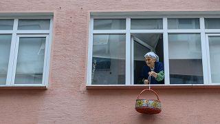 بسبب كورونا سلال المسنين في تركيا تتدلى عبر النوافذ للحصول على الطعام
