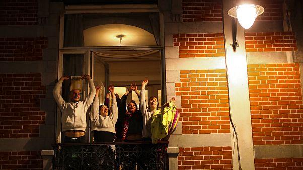 Esti taps az egészségügyben dolgozóknak egy brüsszeli erkélyen