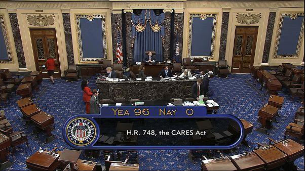 Сенат США единогласно одобрил пакет антикризисной помощи.