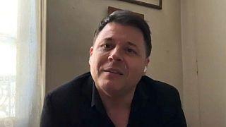 Tenor francês oferece serenatas aos vizinhos parisienses