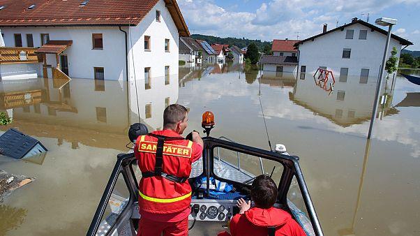 DLRG-Helfer fahren mit einem Boot durch die überfluteten Straßen von Deggendorf, Bayern, 5. Juni 2013