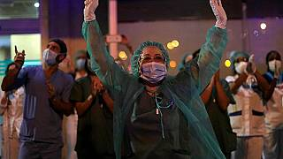 KrankenhausmitarbeiterInnen freuen sich über den Applaus, mit dem sich die Bevölkerung bei ihnen bedankt.