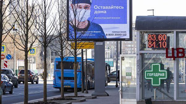 Билборд в центре Москвы с призывом не выходить из дома. 25 марта 2020