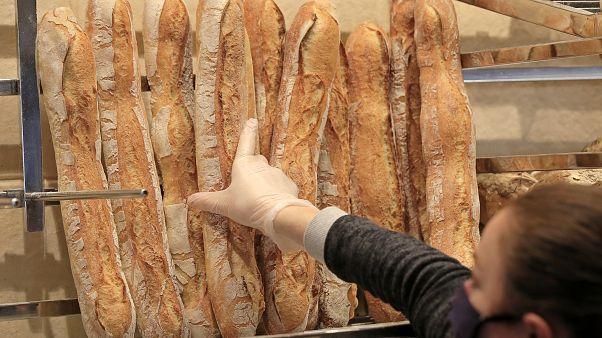 بائعة في مخبزة في باريس تحمل قناعا - 2020/03/23