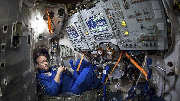 رائد الفضاء سكوت كيلي قمرة تحاكي المركبة سويوز في روسيا - 2015