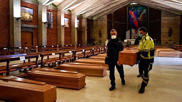 Continua o armazenamento de mortos em Bérgamo a aguardar funerais longe das famílias