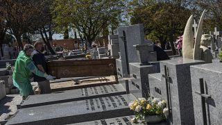 """في إسبانيا.. مرضى """"يمكن إنقاذهم يموتون"""" جراء فيروس كورونا"""