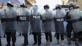 شرطة مكافحة الشغب العراقية تحمي السفارة الفرنسية خلال احتجاج ضد مجلة شارلي ابدو الفرنسية الساخرة، يناير 2015