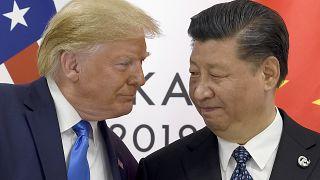 الرئيسان الأمريكي دونالد ترامب والصيني شي جين بينغ في أوساكا العام الماضي