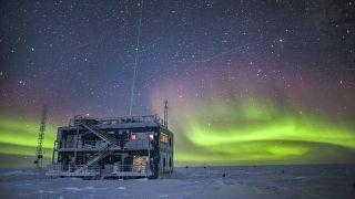 Sarki fény egy antarktiszi kutatóállomás felett