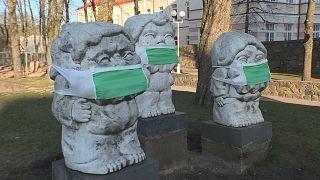در لیتوانی مجسمهها هم ماسک میزنند