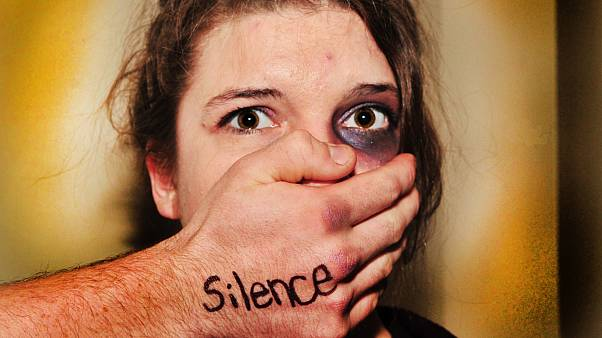 Parola Maske-19: Koronavirüs karantinasında evde şiddet gören kadın gizli kodla polis çağırabilecek