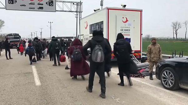 Migranten verlassen türkisch-griechisches Grenzgebiet