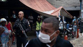 Forças da ordem armadas patrulham a favela da Rocinha, no Rio de Janeiro