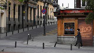Una mujer en las calles de Madrid vacías por la cuarentena.