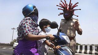 """""""Коронавирусные"""" шлемы индийских полицейских"""