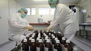 Los peligros de automedicarse contra el coronavirus: primeras víctimas por la cloroquina