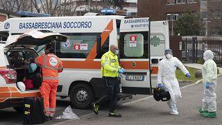 Une équipe médicale se prépare à recevoir un malade transféré par hélicoptère à l'hôpital de Brescia, en Lombardie, le 27 mars 2020
