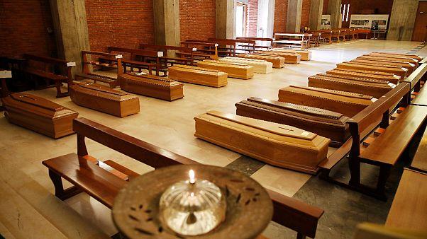 Caixões alinham-se na igreja de São José, em Seriate, Bérgamo, Itália