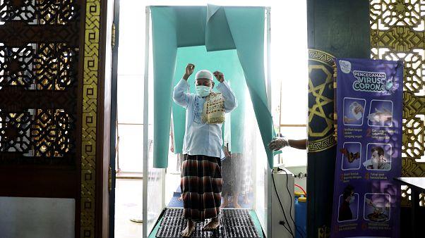 شاهد: بالرغم من تفشي كورونا.. مساجد إندونيسيا لم تغلق أبوابها أمام المصلين
