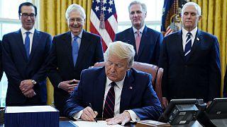 ترامپ طرح تاریخی ۲ تریلیون دلاری مقابله با تاثیرات کرونا را امضا کرد