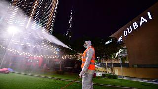 عامل بلدية يقوم يتعقيم المرافق العامة في دبي تفاديا لانتشار فيروس كورونا فيما عم الإغلاق جميع دولة الإمارات. 27/03/2020