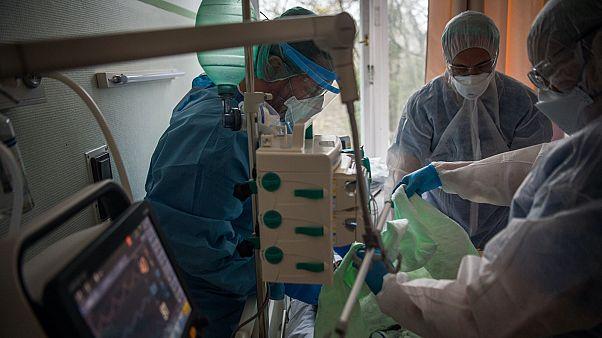 Orvosok és ápolók egy koronavírussal fertőzött beteget látnak el az országos pulmonológiai Intézetben