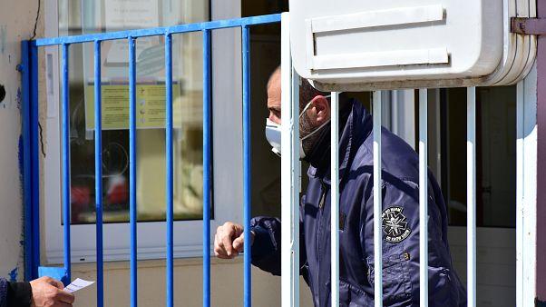 «Η αχίλλειος πτέρνα για τον ελέγχο της πανδημίας» σύμφωνα με δύο καθηγητές του ΕΚΠΑ