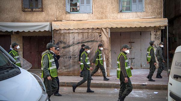 أفراد أمن من وزراة الداخلية في دورية راجلة في حي التقدم بالعاصمة الرباط لفرض الإغلاق بسبب وباء كورونا. 27/03/2020
