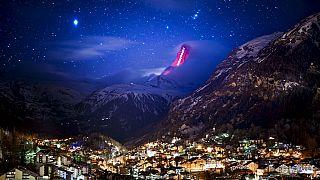 Im Auftrag von Zermatt beleuchtet Lichtkünstler Gerry Hofstetter das Matterhorn mit Botschaften der Hoffnung.
