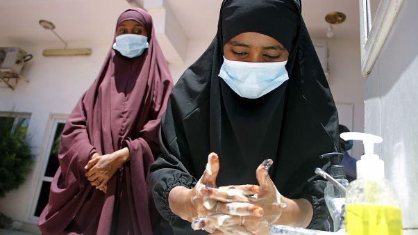 امرأة صومالية تغسل يديها بالماء الصابون خلال حملة توعية حول فيروس كورونا. 19/03/2020