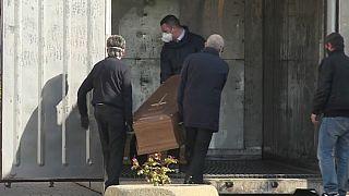 Coronavirus: container frigo per bare a Tortona, stop delle pompe funebri a Bergamo
