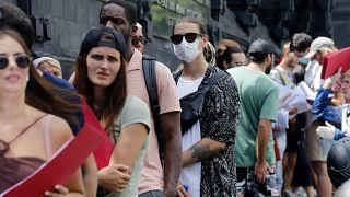 Tayland'da vizeleri için bekleyen turistler