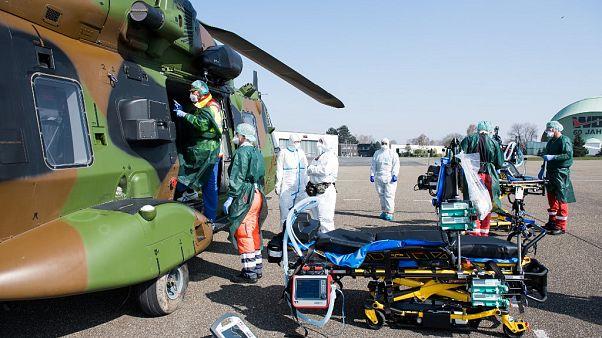 El personal prepara las camas de los pacientes franceses infectados con el coronavirus después de llegar en un helicóptero desde Metz, Francia