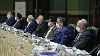 وزراء في الحكومة الإيرانية يستمعون لكلمة الرئيس روحاني وقد وضعوا كمامات واقية بينهم وزير الخارجية محمد جواد ظريف