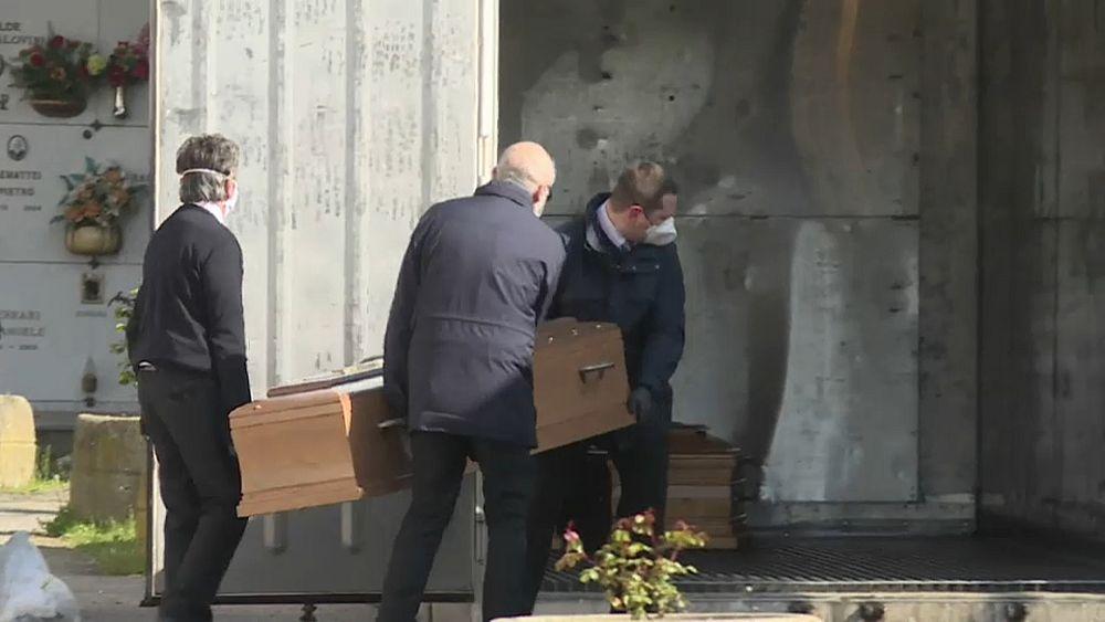 Partes de Italia luchan para hacer frente al gran volumen de muertes de COVID-19 51