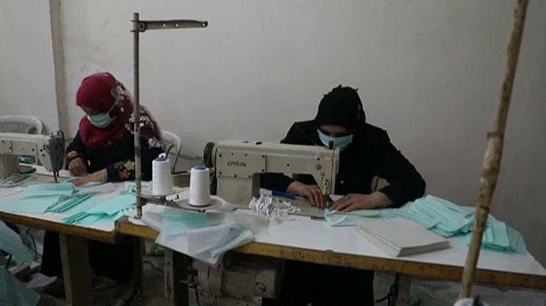 شاهد: سوري يبدأ خط إنتاج كمامات لمواجهة فيروس كورونا في مناطق شمال سوريا