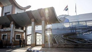 مصر تغلق مستشفيات وتعزل قرى للحدّ من انتشار فيروس كورونا