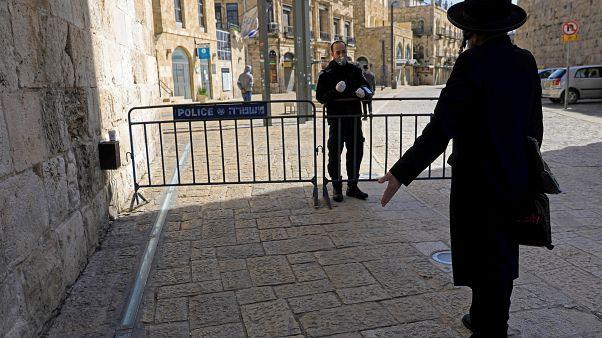 شاهد: متدينون يهود يتحدون كورونا والإغلاق والنتيجة تدخل الشرطة وغرامة 1400 دولار