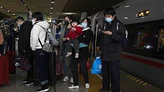 Pasajeros de un tren de alta velocidad procedente de Pekín llegan a Wuhan