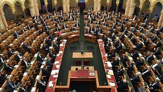 Ma dönt a felhatalmazási törvényről a parlament